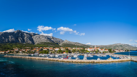 Een panorama met meerdere afbeeldingen van de jachthaven van Orebic aan de voet van de berg Ilja (berg Elijah) - de hoogste top van het schiereiland Peljesac in Kroatië. Stockfoto - 88505063