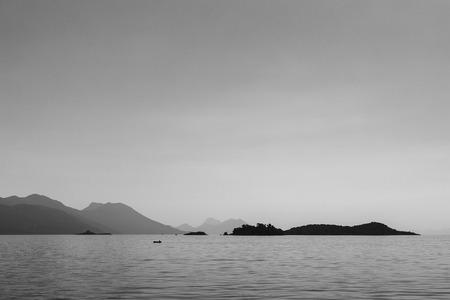 小さな漁船はそれのキャッチで本土に戻る Peljesac チャンネルで様々 な島を編みます。 写真素材