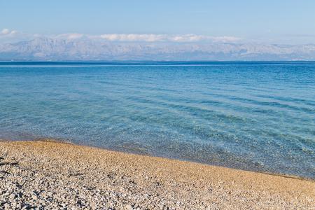 デューバ海岸クロアチア Peljesac 半島の北側から見たアドリア海の浅いと透き通った海。