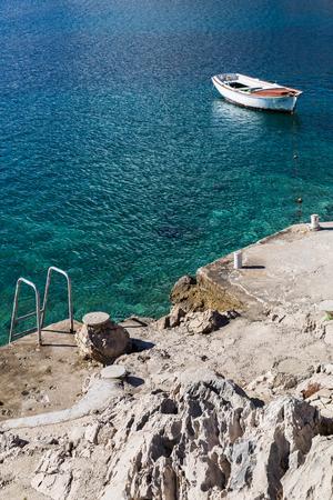 小さなボート係留ブルナ、コルチュラ島の南向き斜面に沿って入り江にある小さな村の海岸のすぐそば。