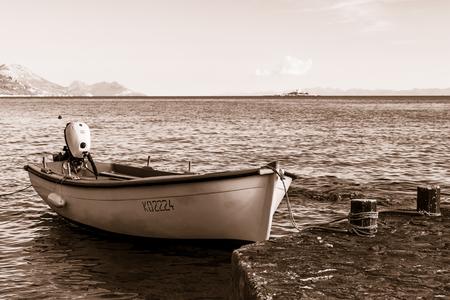 小型漁船のセピアスプリット トーン イメージは、ドブロヴニク、クロアチアの Peljesac 半島の魅力的な海辺の町の水辺に係留。