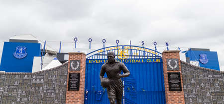 Dixie Dean statue in front of the Wall of Fame outside the home of Everton FC in England seen in June 2020. 報道画像