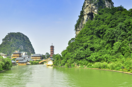 ca�as de bambu: Guillin Seven Star Park y Karst rocas Yangshuo China. Foto de archivo