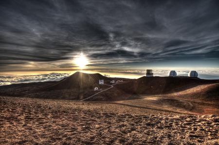 Telescopios en la cima de la montaña Mauna Kea, isla grande, Hawaii
