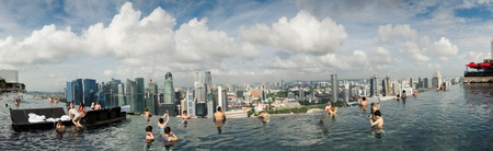 actividades recreativas: Singapore - January 15 : Pool view of city skyline at Marina Bay Sands sky garden taken in the day of Januray 15, 2016.