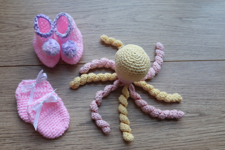 crocheted new born and premeture baby items. Stockfoto