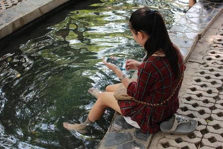 Las chicas jugaron un teléfono aguas termales. Foto de archivo