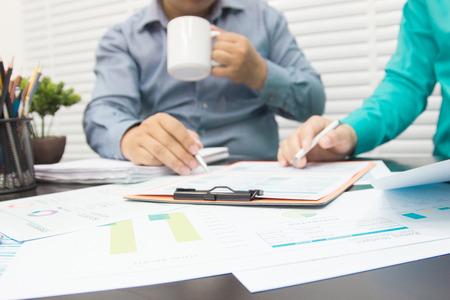 사업가 분석가는 회사의 향후 운영에 영향을 미치는 미국 경제에 대한 결정을 내립니다.