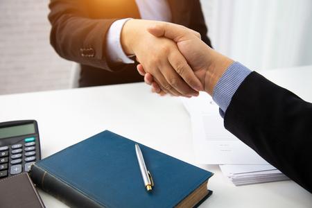 Apretón de manos de empresario abogados para consultar la preparación de la frase que se utilizará en el concepto de derecho del juicio.