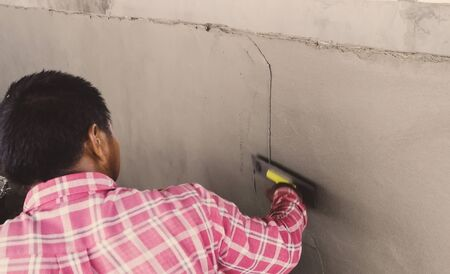 Workers are plastering the walls of earthworms for decomposing vegetable debris.