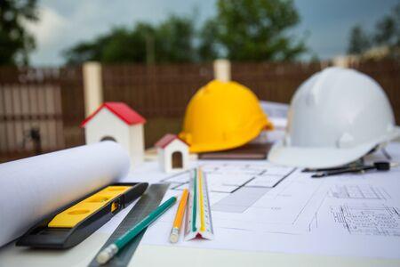 Architekturwerkzeug-Arbeitsplatz-Schreibtisch-Hintergrund-Bauprojekt-Ideen-Konzept, mit Zeichenausrüstungskonzept