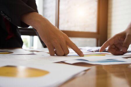 Analystes de travail d'homme d'affaires Statut d'investissement actuel sur la force de l'argent dans l'économie mondiale. Banque d'images