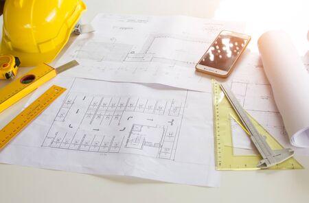 Concepto arquitectónico de las ideas del proyecto de construcción del fondo del escritorio de oficina, con el equipo de dibujo