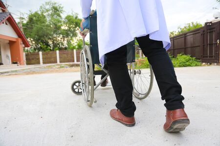 Fisioterapeuta silla de ruedas para discapacitados con concepto de cuidado profesional.