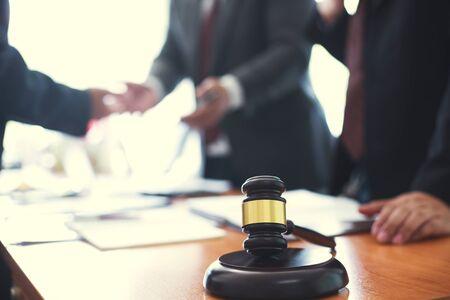 변호사는 상업적 이익을 위해 비즈니스 거래를 컨설팅하고 있습니다.개념