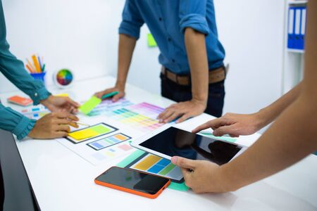team designers Presentation model mobile phone screen to suit their usage.UX UI and Programming