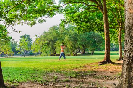 Feliz padre e hija en el parque