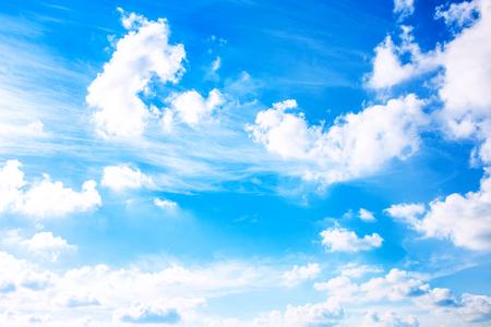 Cielo azzurro con nuvolette. Sfondo astratto. Archivio Fotografico