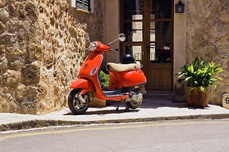 vespa piaggio: Red Scooter parcheggiato in strada  Archivio Fotografico