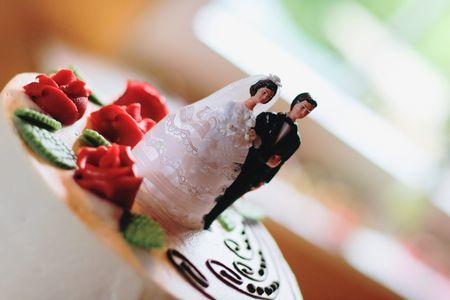 bride and groom figurine on top of a wedding cake - selective fokus