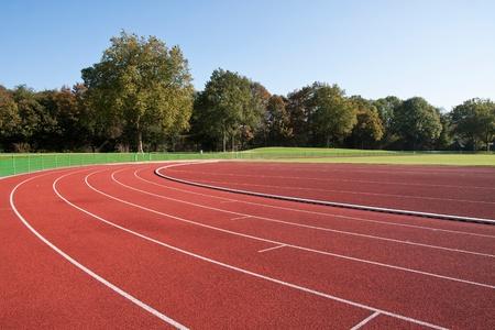 atletismo: Ejecución de las líneas de la pista en un día soleado