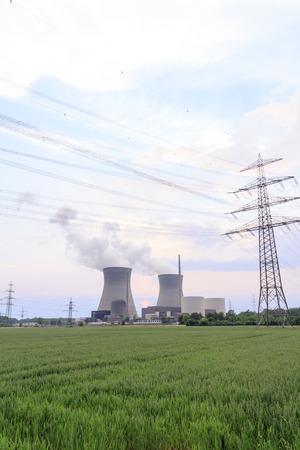 radiacion solar: Planta de energía nuclear con la línea eléctrica