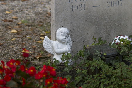 Ángel en la tumba de piedra