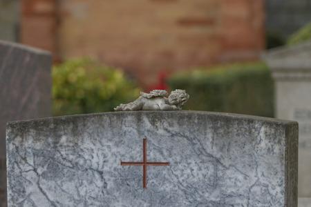 Ángel en una tumba de piedra