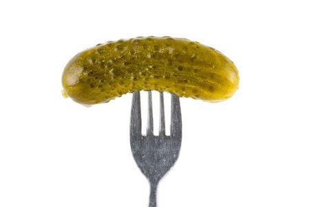 encurtidos: un conjunto de pepinillo en el tenedor - fondo blanco Foto de archivo