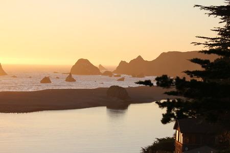 ロシア川の河口は、カリフォルニア西海岸で最高の海の景色と夕日のいくつかに家です。 写真素材