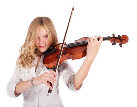 blond meisje het spelen van de viool