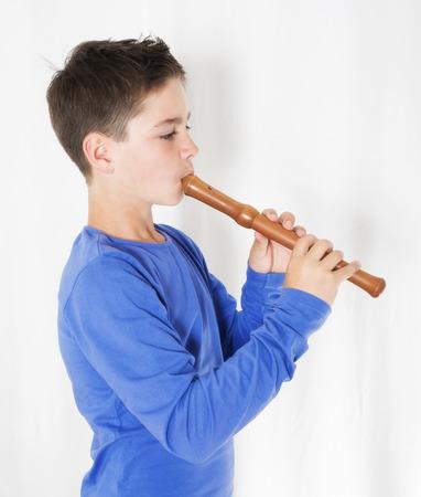 jonge jongen die spelen op een fluit