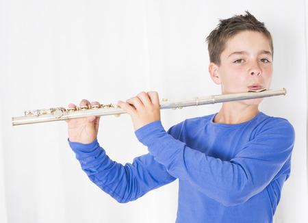 flauta: retrato de un niño tocando la flauta Foto de archivo