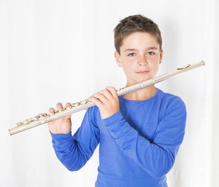 portret van een jongen die een fluit in zijn handen
