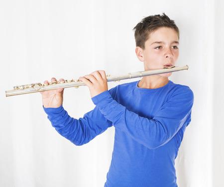 portret van een jongen spelen van de fluit