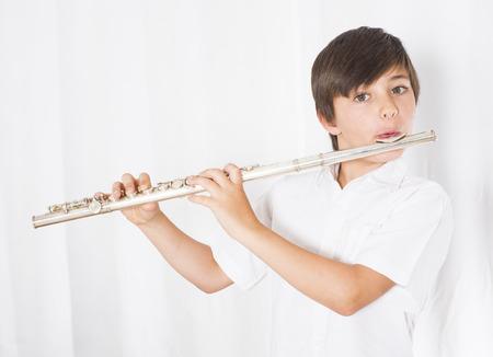 フルートを演奏少年のポートレート
