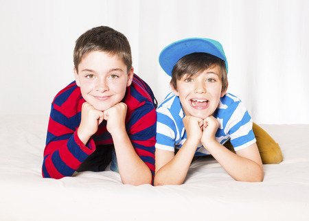 Portret van twee jonge jongens glimlachen Stockfoto