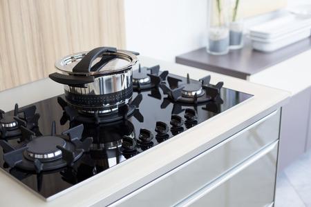 utensilios de cocina: utensilios de cocina en la estufa dise�ador Foto de archivo