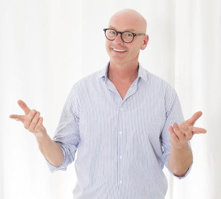 portret van een kale man die zijn armen opent Stockfoto