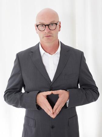 bald man: hombre calvo en un gesto de la toma de traje con sus manos Foto de archivo