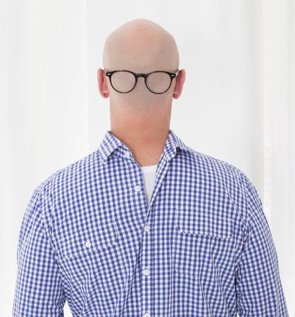 hombre calvo: espalda de un hombre calvo con una camisa azul a la inversa con gafas