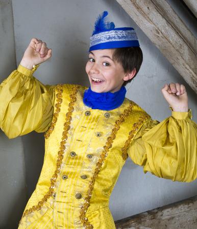 jonge jongen gekleed als een prins en glimlachend