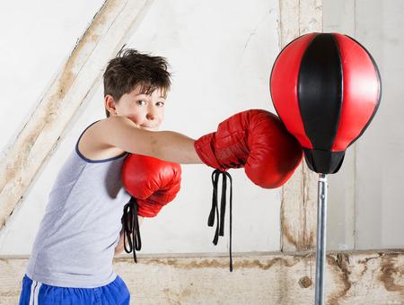 jonge jongen met rode bokshandschoenen