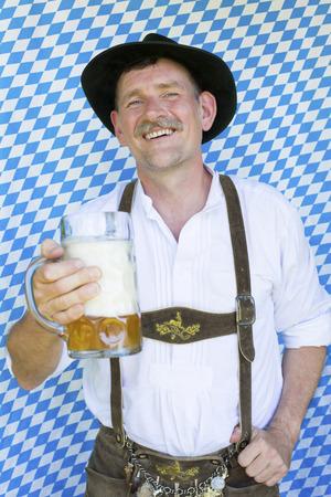portret van een Beierse man met een pul bier