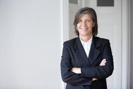Portret van een zakenvrouw in een pak en glimlachend