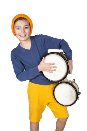 een jonge jongen het spelen van de trommel