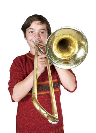 portret van een jongen spelen van de trombone