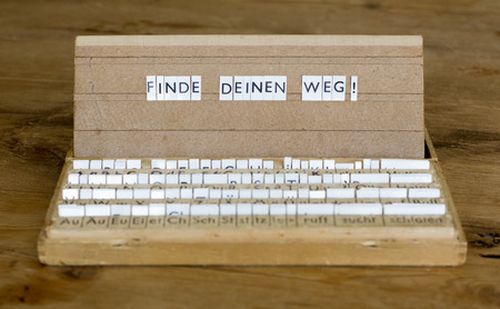 finde: a letterbox with the german text: Finde Deinen Weg!