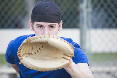 gant de baseball: jeune homme avec un gant de baseball sur un terrain de sport Banque d'images