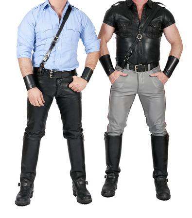 hombres gays: dos hombres musculosos de pie en el engranaje del fetiche